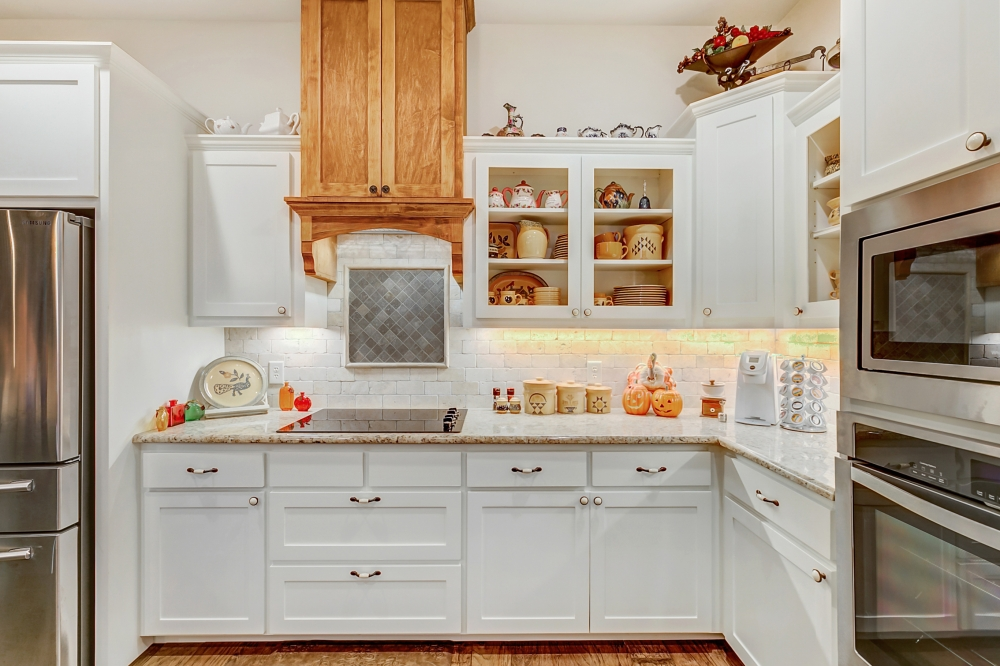Shaker Style Cabinets, Venthood, and Cooktop